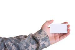 militär för holding för hand för affärskort Royaltyfria Bilder