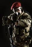 Militär man i italiensk kamouflage som siktar från vapnet Royaltyfri Bild