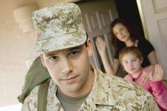 Militär man som lämnar huset Royaltyfria Bilder