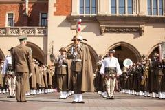 Militär orkester på huvudsaklig fyrkant under ettårig växtpolermedelmedborgare och offentlig ferie konstitutiondagen Arkivfoto