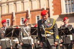 Militär orkester på huvudsaklig fyrkant under ettårig växtpolermedelmedborgare och offentlig ferie konstitutiondagen Arkivbilder