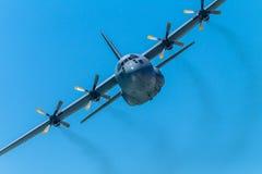 Militären hyvlar flygpasserandet för fyra motor Arkivfoton