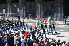 Militären ståtar: Italiensk armé i Rome: 2 Juni 2013 Arkivfoto