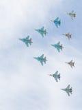 Militärflugzeuge MiG-29 und Sukhoi-Fliegenpyramide Stockbilder