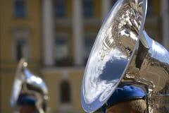 Militärparade reflektiert in einem Rohr Stockfotos