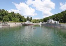 Militärschiffe und -kanon auf Bogen-Hügel Vistory parken Moskau Stockbilder