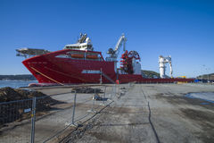 O navio entrado no porto de halden Fotos de Stock Royalty Free