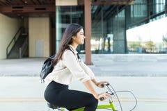 Miljö- vänlig kvinnaridningcykel royaltyfri bild