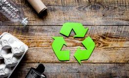 Miljöbegrepp med återvinningsymbol på lantlig bakgrund t arkivbild