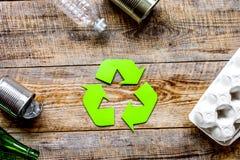 Miljöbegrepp med återvinningsymbol på lantlig bakgrund t arkivfoton