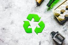 Miljöbegrepp med återvinningsymbol på stenbakgrund till arkivbild