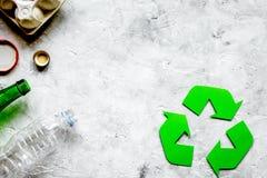 Miljöbegrepp med återvinningsymbol på stenbakgrund till royaltyfri fotografi