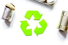 Miljöbegrepp med återvinningsymbol på vit bakgrund till royaltyfria bilder