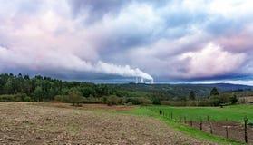 Miljöbelastningproblembegrepp Kolkraftväxt som förorenar planeten Tjock lampglas som röker in mot himlen royaltyfria bilder