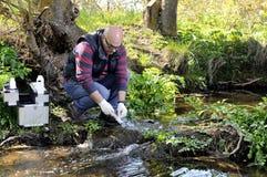 Miljöbelastningstudie av en vattenkurs fotografering för bildbyråer