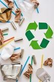 miljön skyddar Skrynkla canns, papper, plast- och batterier royaltyfri fotografi