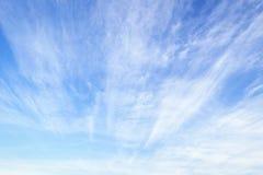 Miljöskyddbegrepp: Abstrakt vitt moln och blå himmel arkivbilder