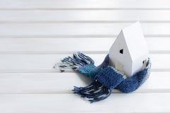 Miljövänligt varmt hem som slås in i ett mjukt bekvämt Royaltyfri Bild
