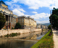 Miljacka Fluss in Bosnien lizenzfreie stockfotos
