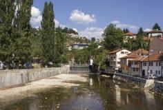 Miljacka-Fluss in Sarajevo in der Sommersaison Stockfoto