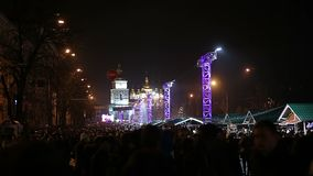 Miljoenen gelukkige mensen die van feestelijk overleg op centraal vierkant in grote stad genieten stock videobeelden