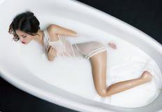 Milk Bath Spa και προκλητική γυναίκα σε το Στοκ φωτογραφία με δικαίωμα ελεύθερης χρήσης