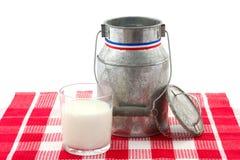 Milk kan och glas av mjölka isolerat på vit Royaltyfri Foto