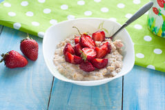 Milk oatmeal porridge with strawberries Stock Photography