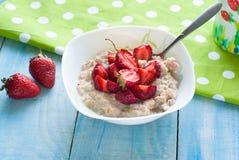 Milk oatmeal porridge with strawberries Stock Photography