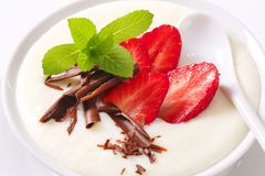 Milk pudding with strawberries Royalty Free Stock Photos