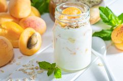 Milk shake, batido ou iogurte da farinha de aveia com abricó fresco em uma tabela de madeira branca foto de stock