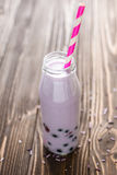 Milk shake caseiro com as bagas no fundo de madeira Fotos de Stock Royalty Free