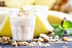 Milk shake com banana, abacaxi, iogurte e muesli, f seletivo fotografia de stock