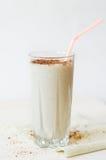 Milk shake com cobertura do chocolate no copo de vidro Foto de Stock Royalty Free