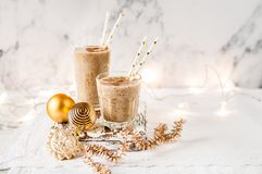 Milk shake da data do Natal com canela imagem de stock