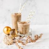Milk shake da data do Natal com canela fotografia de stock royalty free