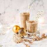 Milk shake da data do Natal com canela foto de stock royalty free