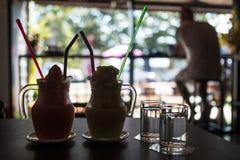 Milk-shake de café de glace sur la table en petit café Images stock