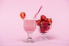 Milk shake delicioso da morango no vidro com palha e as morangos frescas na bacia Fotografia de Stock