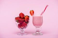 Milk shake delicioso da morango no vidro com palha e as morangos frescas na bacia Imagens de Stock Royalty Free