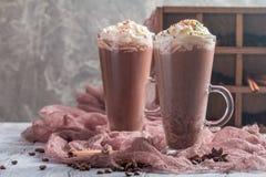 Milk shake do chocolate em umas canecas de vidro altas Fotos de Stock Royalty Free