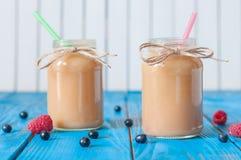 Milk shake do pêssego e da banana no frasco de pedreiro com fresco fotos de stock