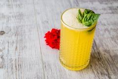 Milk shake persa do açafrão com folhas da manjericão Fotografia de Stock