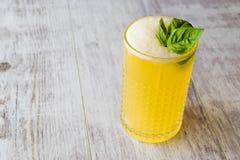 Milk shake persa do açafrão com folhas da manjericão Foto de Stock