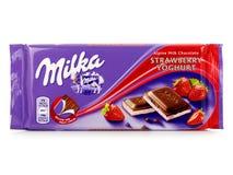 Milka Czekoladowy bar, wysokogórska dojna czekolada z truskawkowym jogurtem obrazy stock