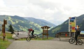 Milka Line em Saalbach, uma trilha do passeio para a família inteira, nas montanhas de Kohlmais Fotografia de Stock Royalty Free