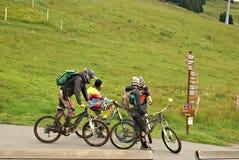 Milka Line em Saalbach, uma trilha do passeio para a família inteira, nas montanhas de Kohlmais Imagens de Stock Royalty Free