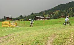 Milka Line em Saalbach, uma trilha do passeio para a família inteira, nas montanhas de Kohlmais Fotos de Stock