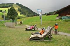 Milka Line i Saalbach, ett rittspår för den hela familjen, på de Kohlmais bergen Royaltyfri Foto