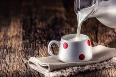 milka Zatoczki lub kózki mleko szklanki mleka wylewać obrazy stock
